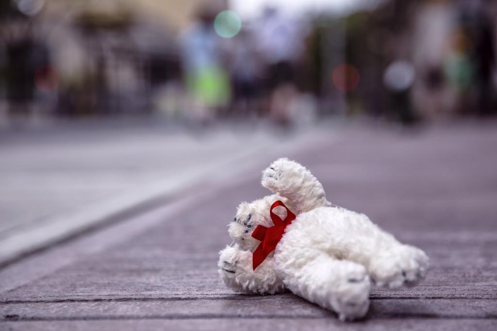 Teddybär auf der Straße